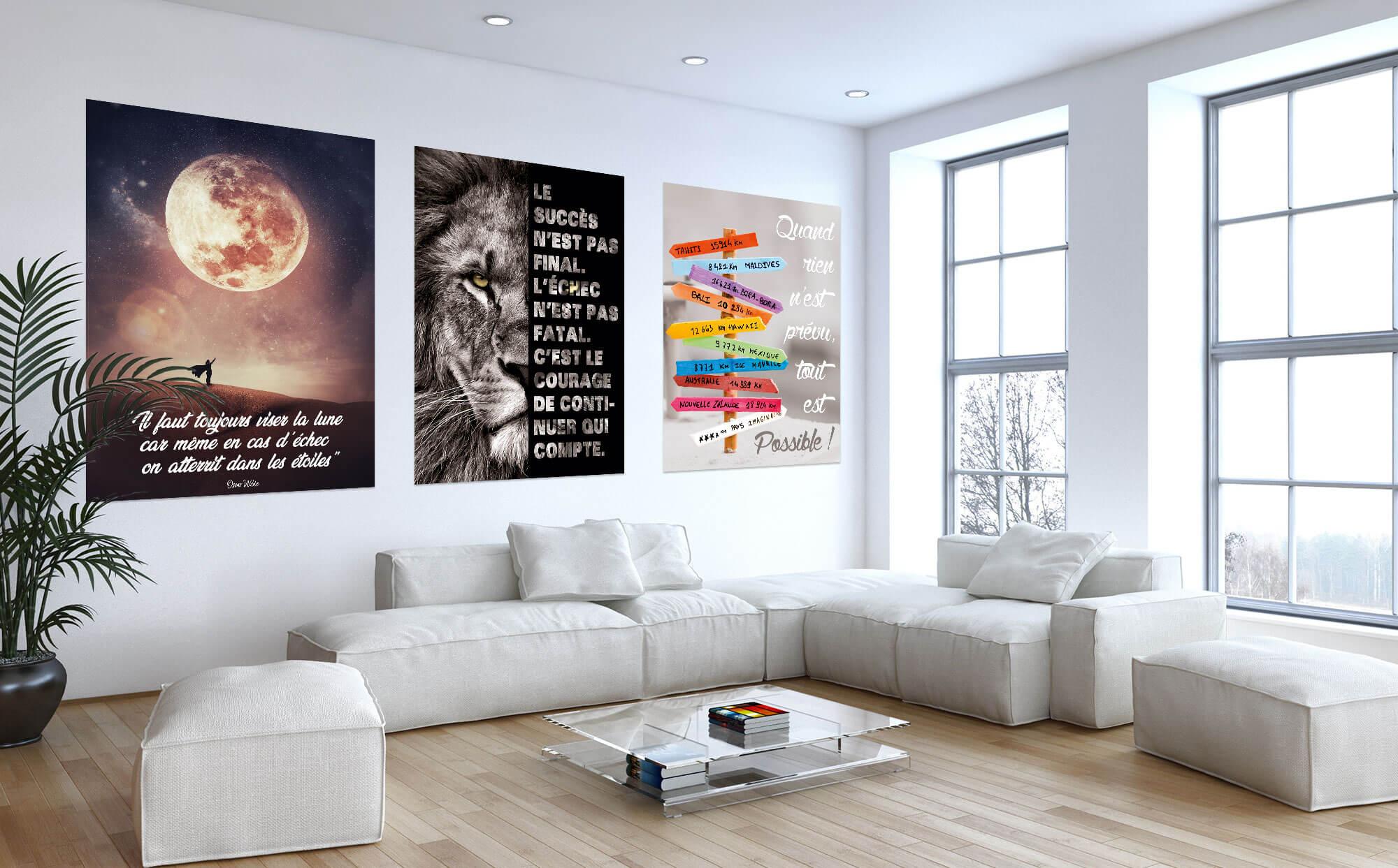 séjour avec tableaux accrochés au mur